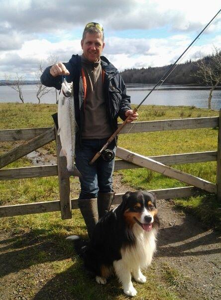 Michael Kruse col suo pesce su una sua Allys gialla nella Mill Pool ieri.