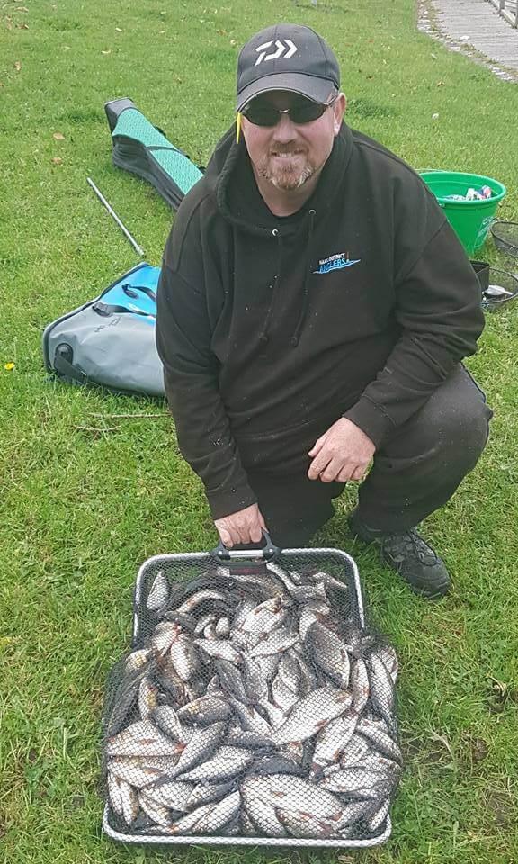 Paul McLoughlin con un cestino di 27 kg di scardole