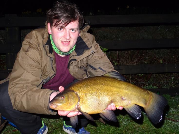 Connor Lowry vince con una tinca di 2,3 kg.
