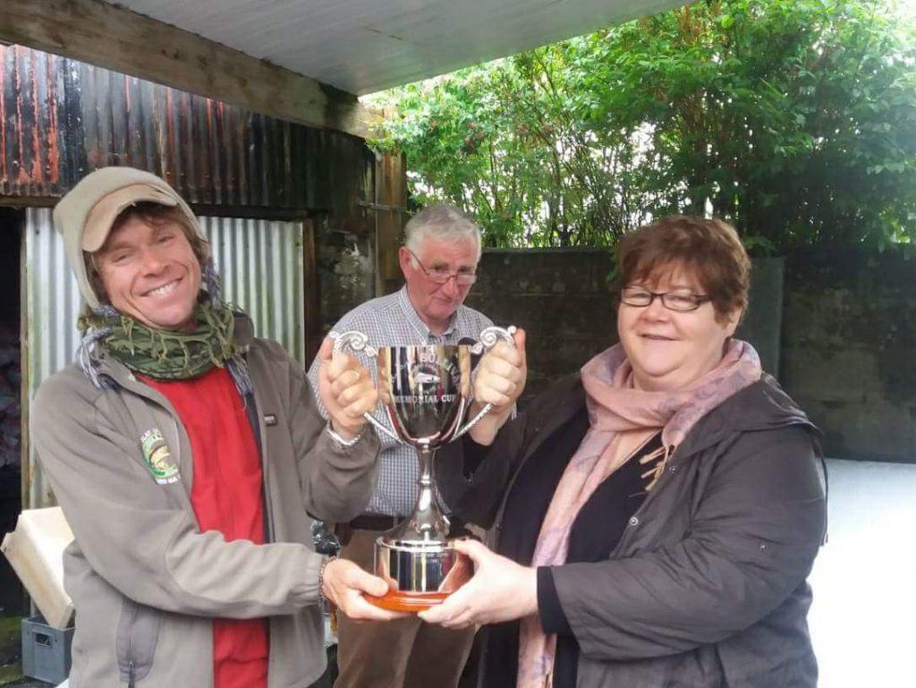 Tom Doc Sullivan con la Doc Sullivan Cup, il presidente Martin Kinneavy e sua sorella Elizabeth