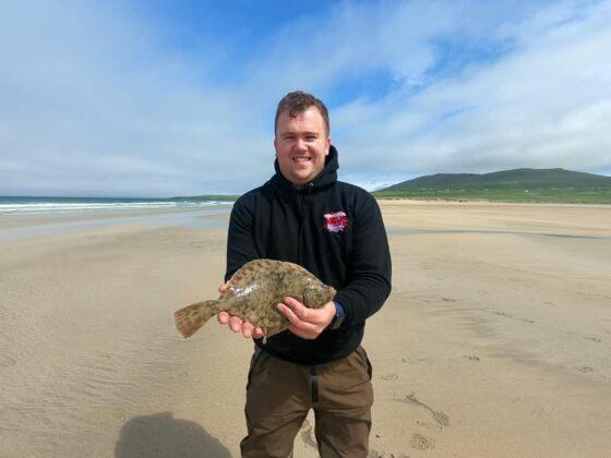 Colin Harty con una flounder