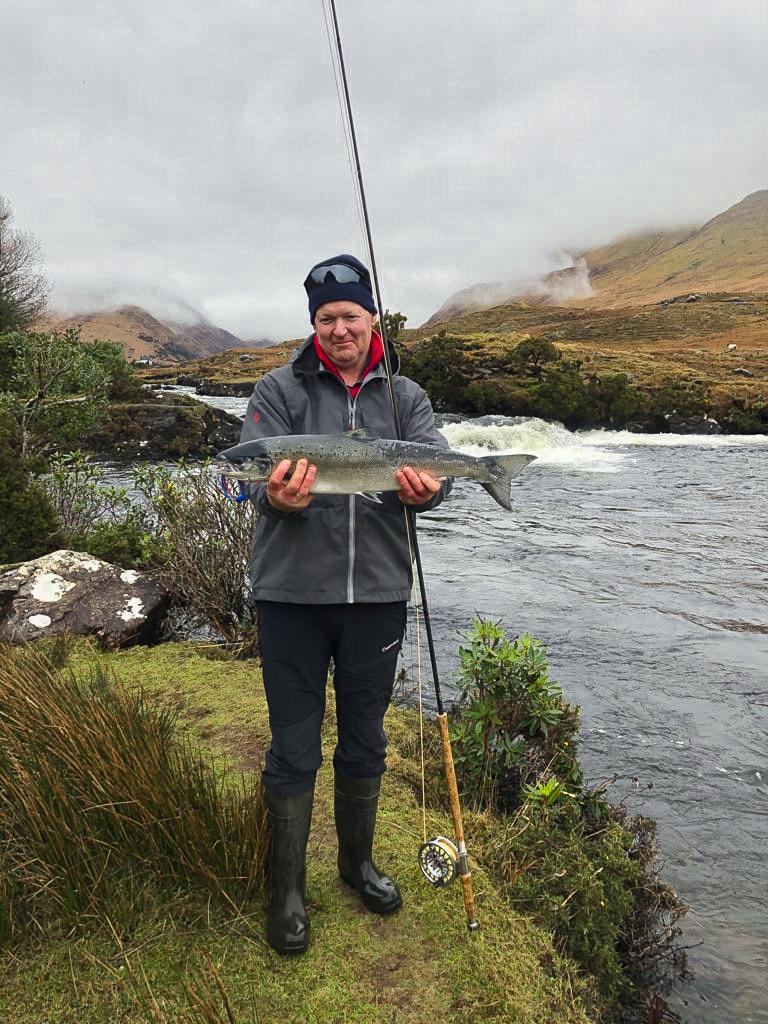 Fishery manager David McEvoy col primo salmone di Delphi del 2021