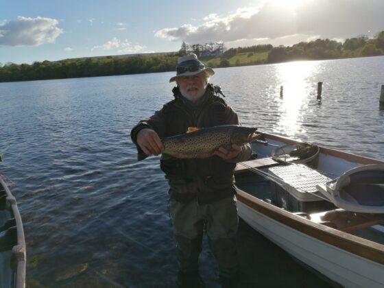 Gerry Martin con una trota di 4.75 lbs. Presa su una spent gnat sul lago Arrow